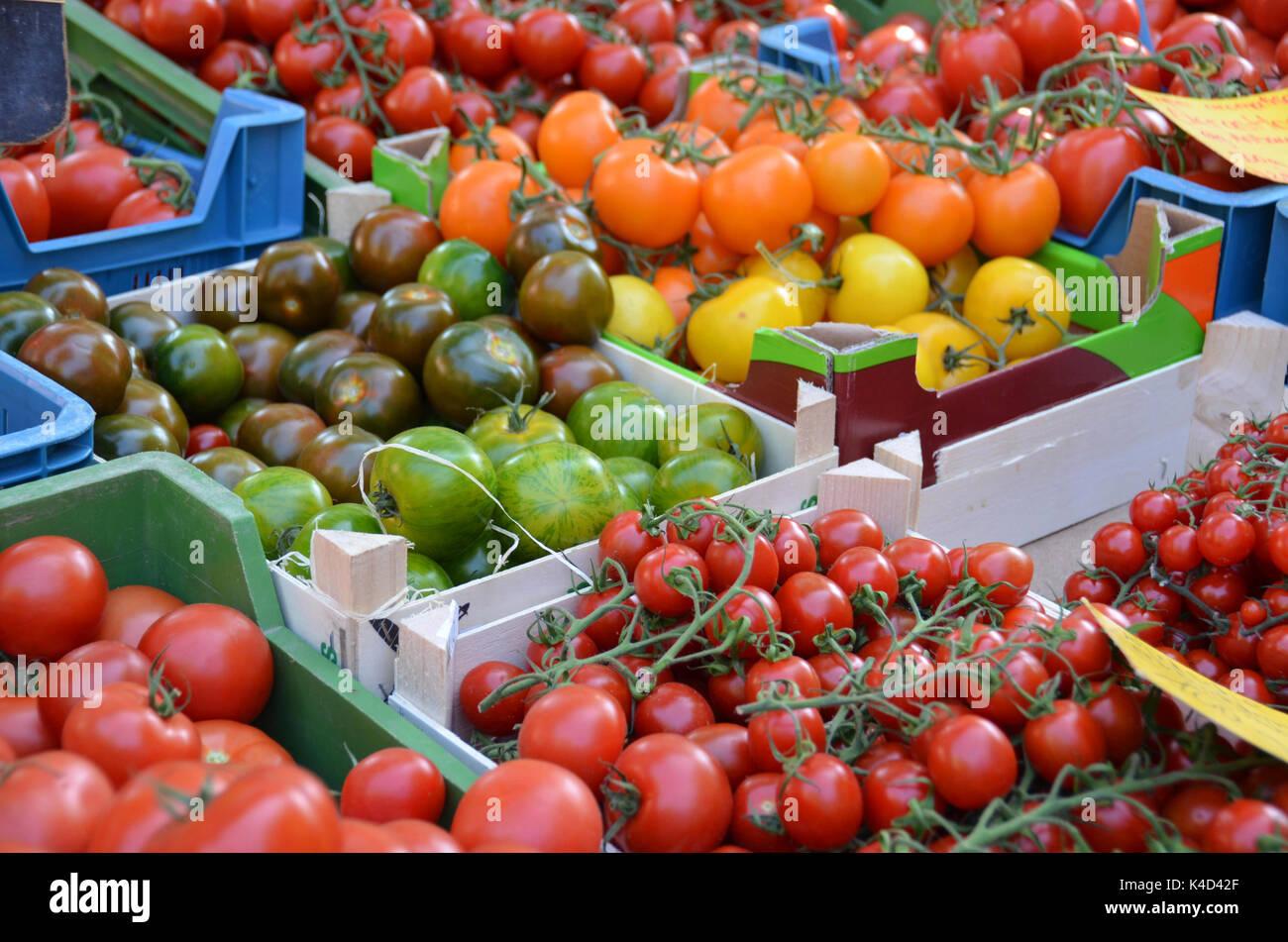 Des légumes sur le marché hebdomadaire, différentes variétés de tomates Photo Stock
