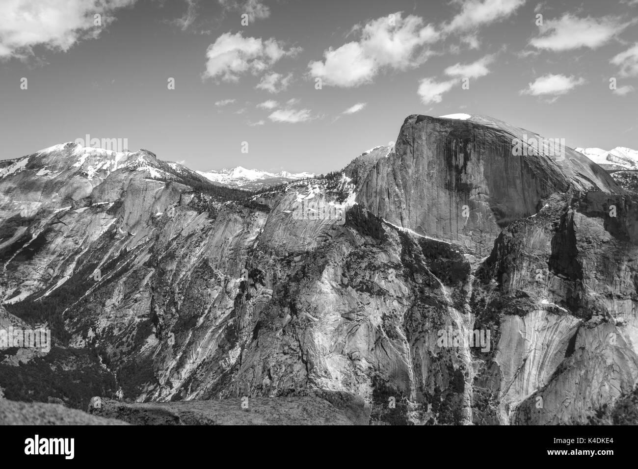 Le noir et blanc vue de demi-dôme et des montagnes enneigées du haut du dôme du Nord dans le Parc National de Yosemite - Photographie par Paul Toillion Banque D'Images