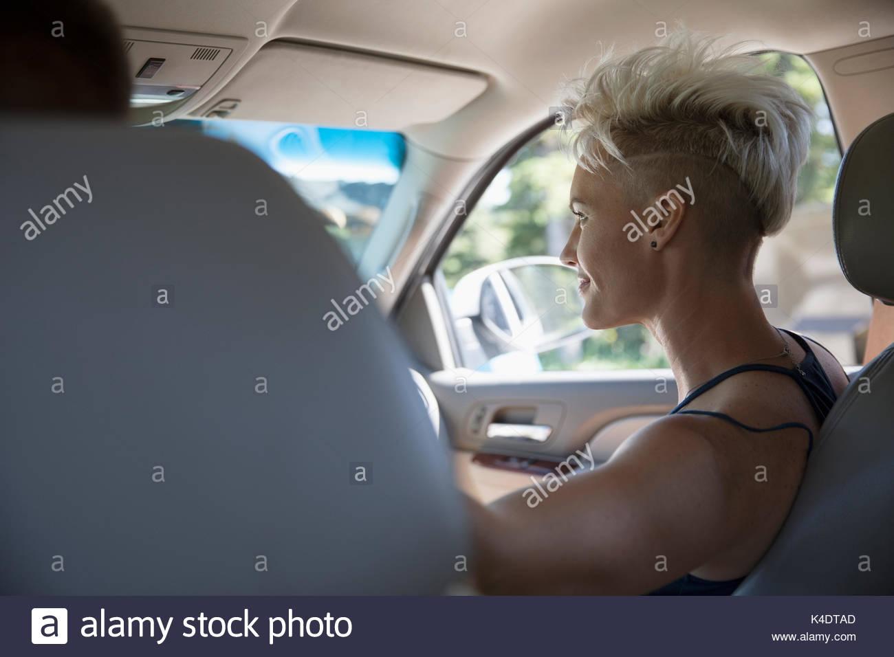 Femme équitation de siège passager de voiture, profitant de road trip Photo Stock