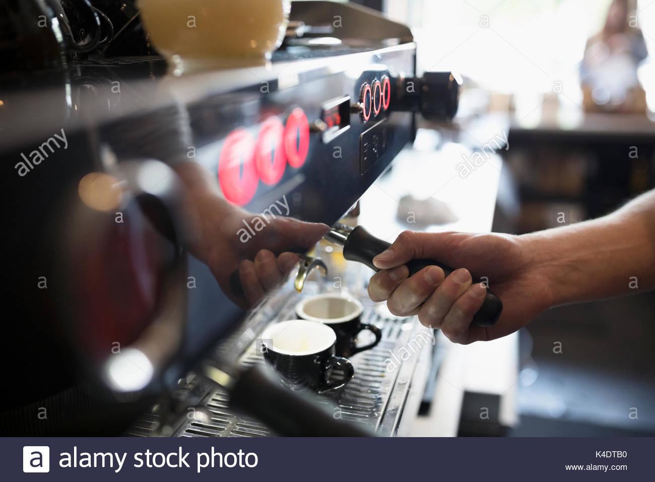 Close up barista en utilisant, en machine à expresso dans cafe Photo Stock