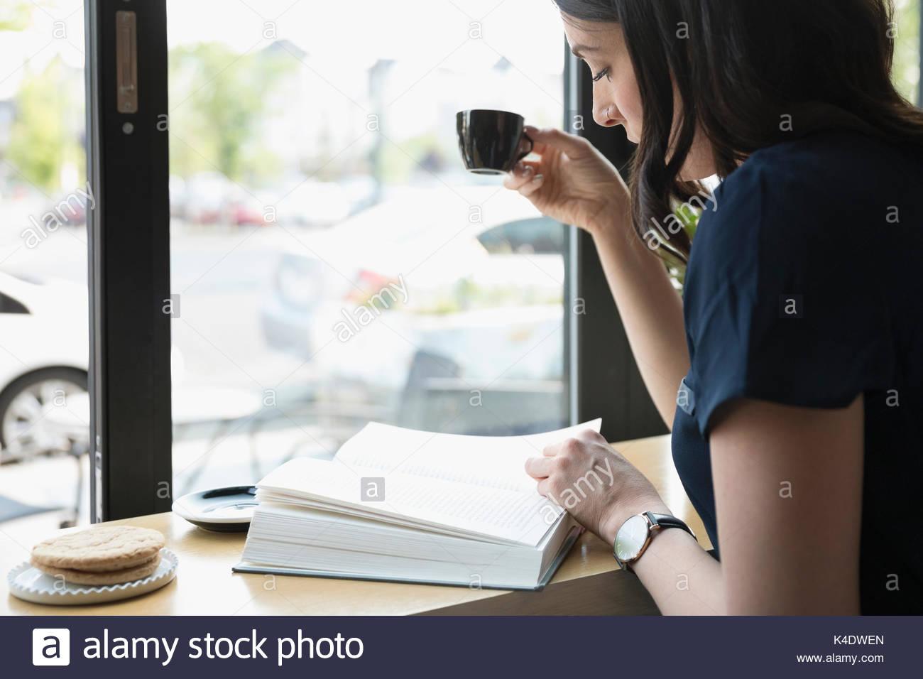 Couple et de boire du café espresso au café window Photo Stock