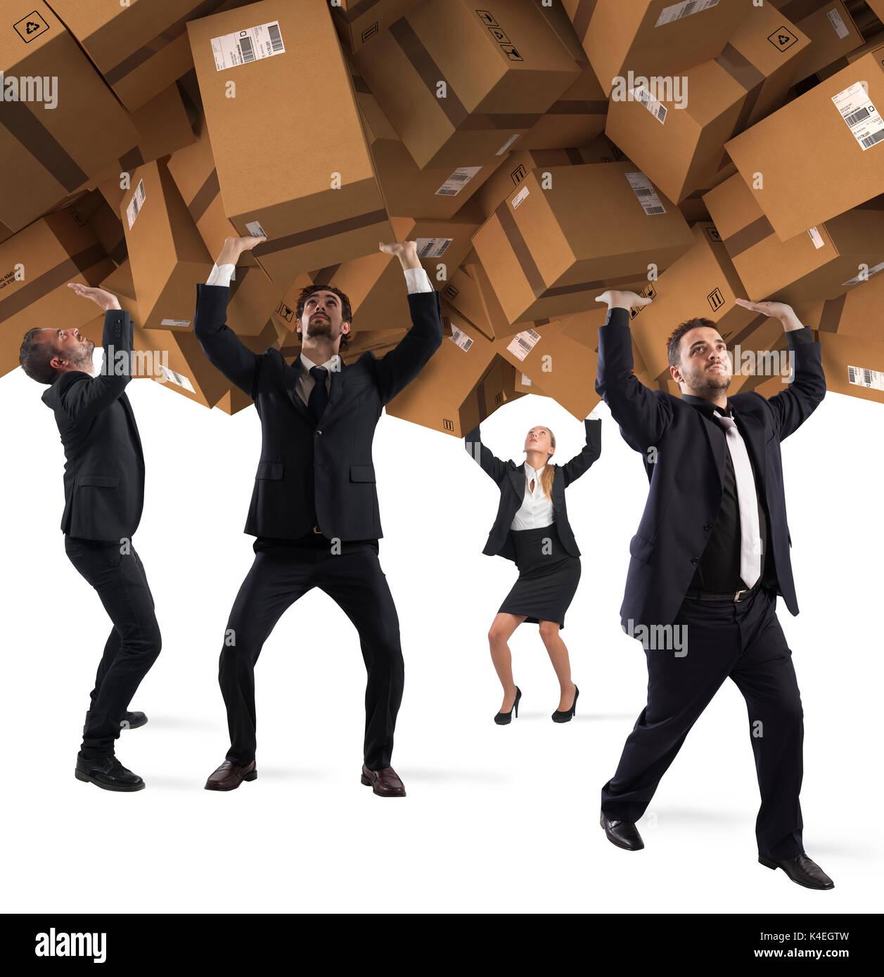 Personnes ensevelies par une pile de boîtes en carton. Notion de dépendance aux achats sur internet Photo Stock