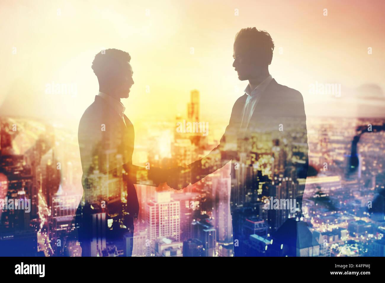 Poignée de deux affaires dans office concept de partenariat et de travail en équipe Photo Stock