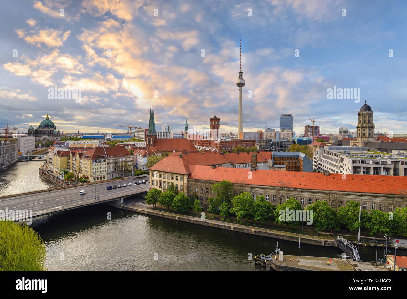 Coucher du soleil sur les toits de la ville de Berlin à la rivière Spree avec de la cathédrale de Berlin, Berlin, Allemagne Photo Stock