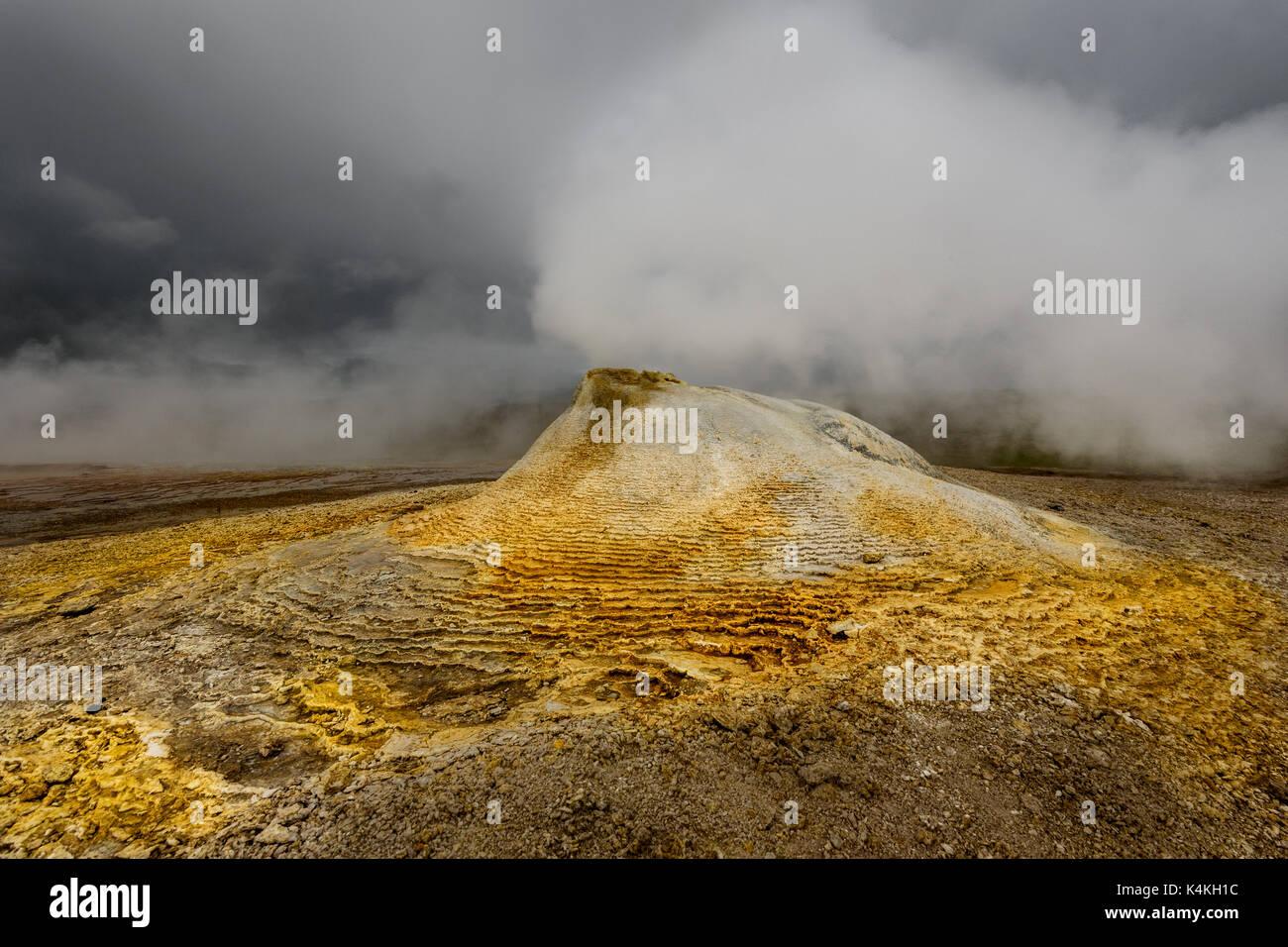 Évents à vapeur chaude dans la zone géothermique de Hveravellir. Photo Stock