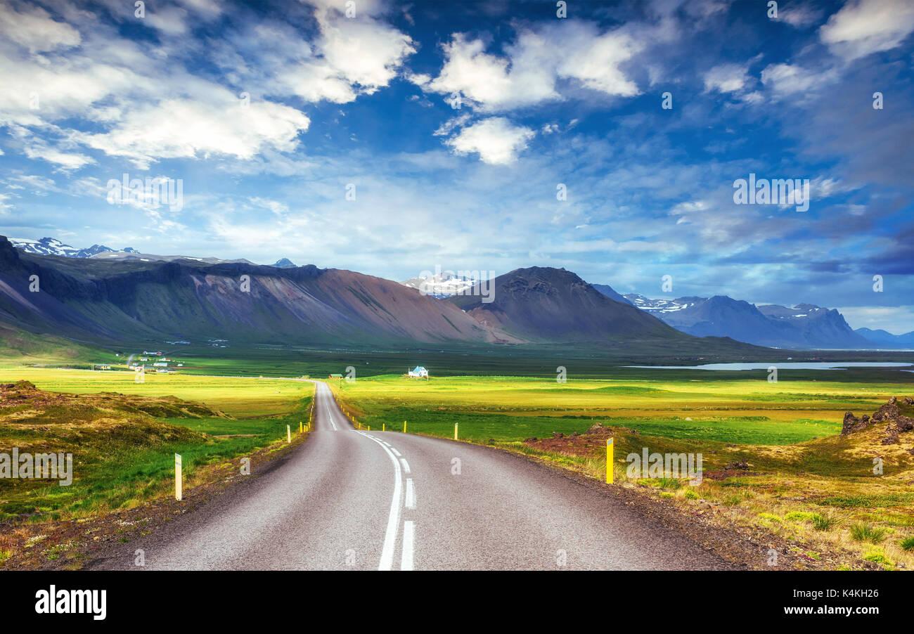 Route asphaltée vers les montagnes de l'Islande. Photo Stock