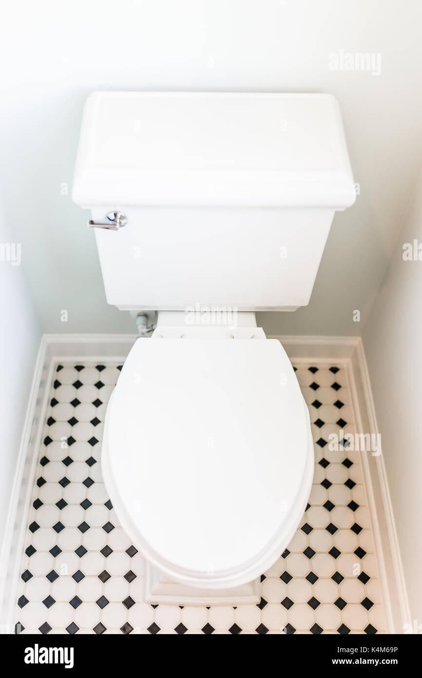 Mise en scène blanc propre moderne toilettes dans salle de ...