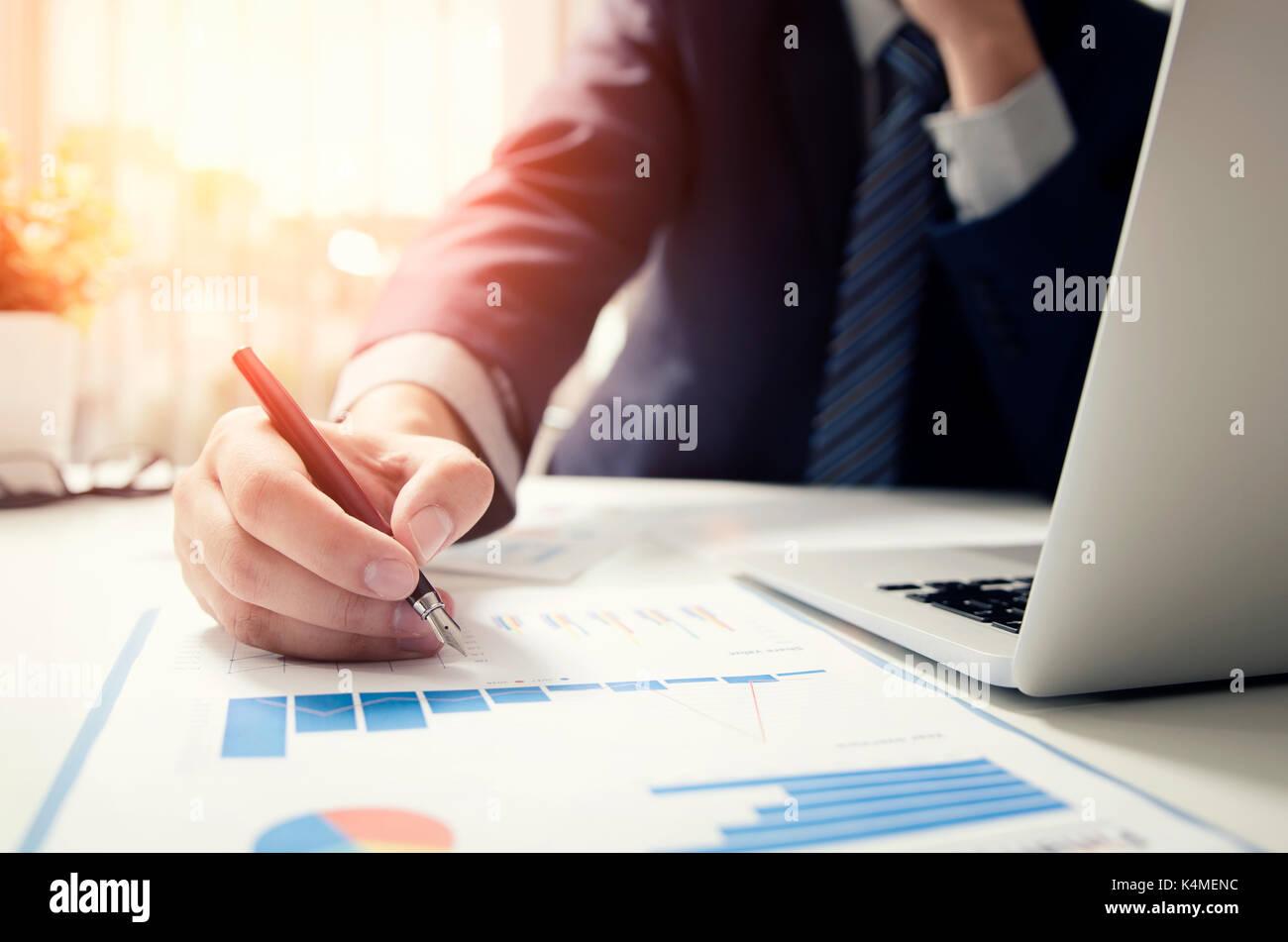 Gestionnaire professionnel travaillant avec le ministère des finances document. comptable signature rapport des Banque D'Images