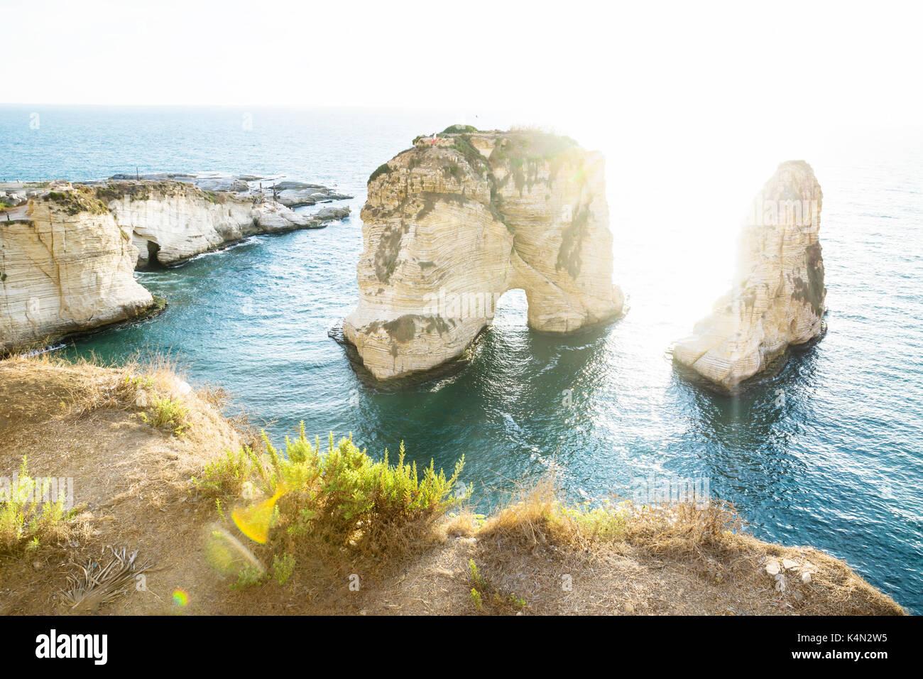 Pigeon rock avec rétro-éclairage du soleil, Beyrouth, Liban Photo Stock