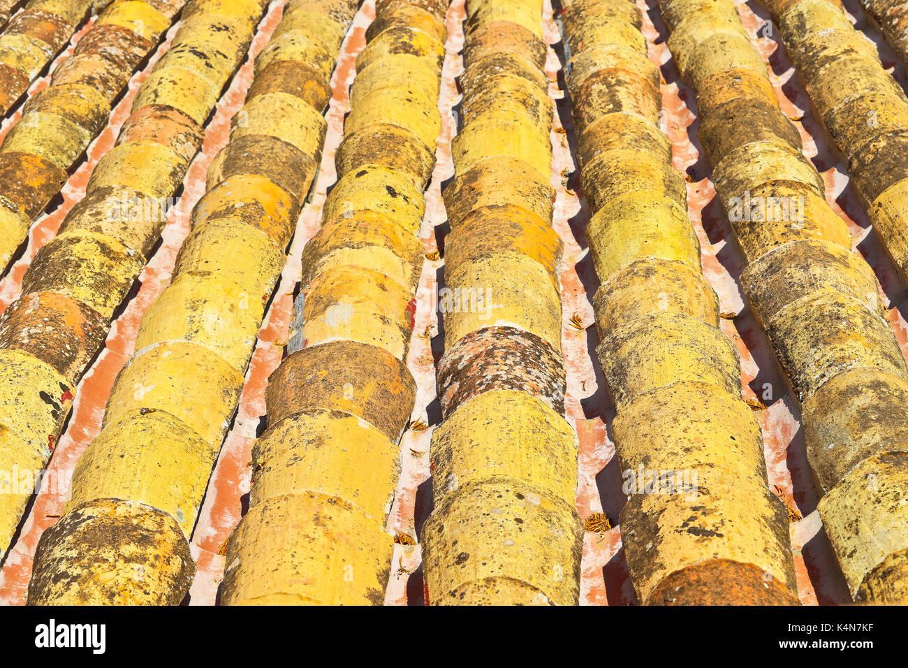 Un toit de tuiles sur le toit. Photo Stock