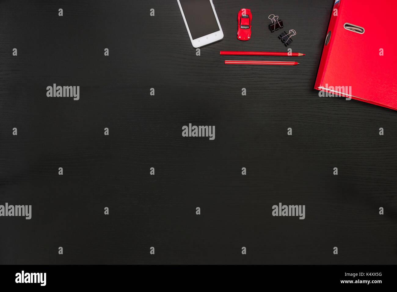 Noir rouge blanc bureau bureau des affaires sur smart phone de