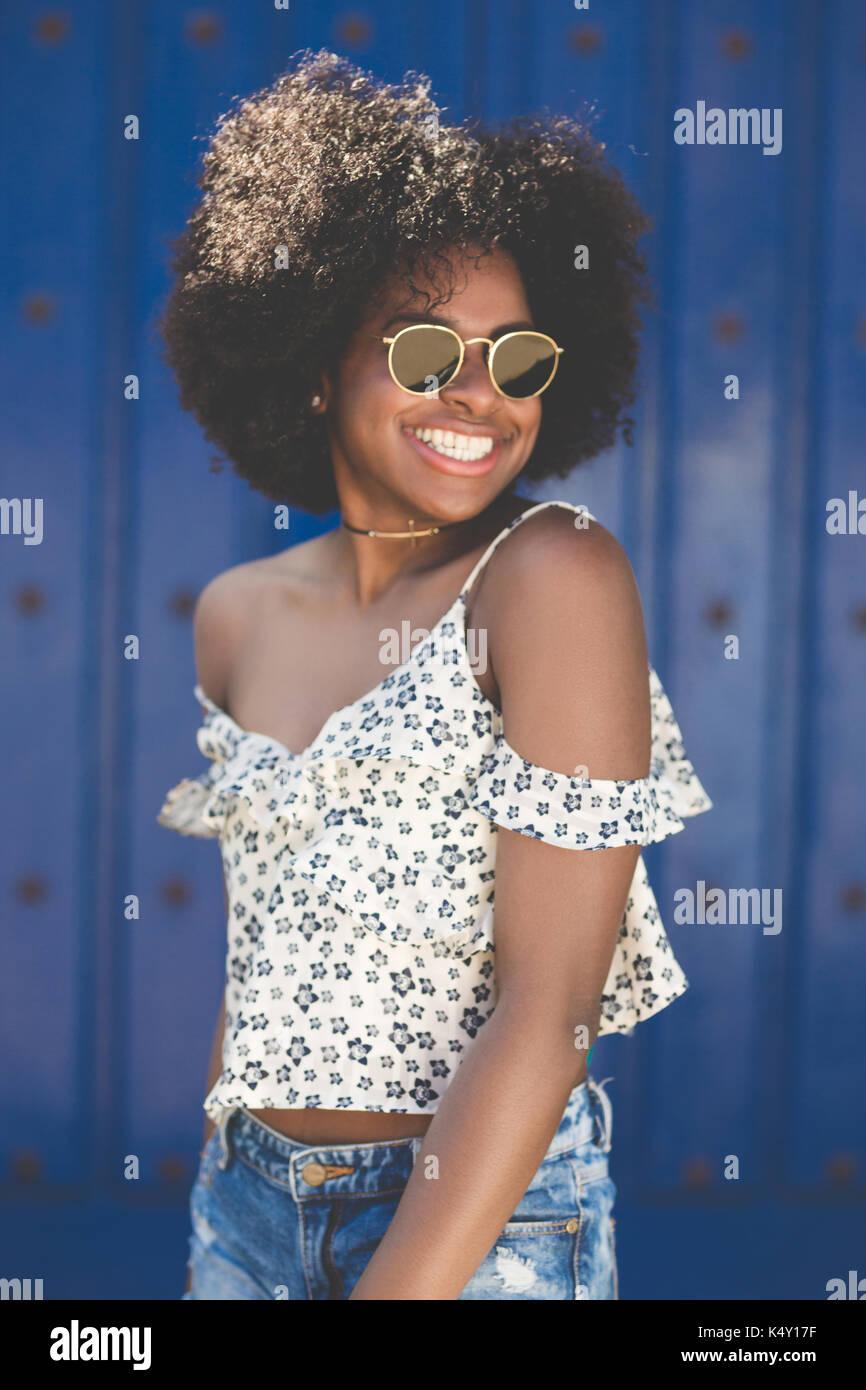 Portrait de jeune femme en belle sunglasses smiling Photo Stock