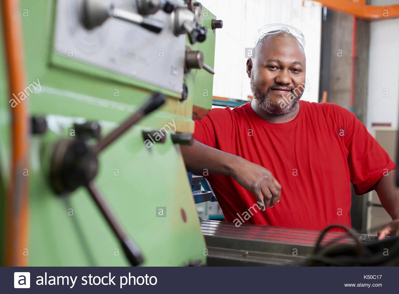 L'homme de l'Afrique de l'utilisation d'une machine dans un entrepôt Photo Stock
