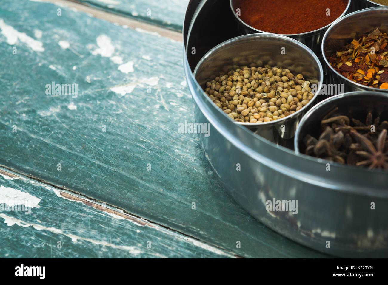Close-up de boîte à épices typique avec plusieurs conteneurs Photo Stock