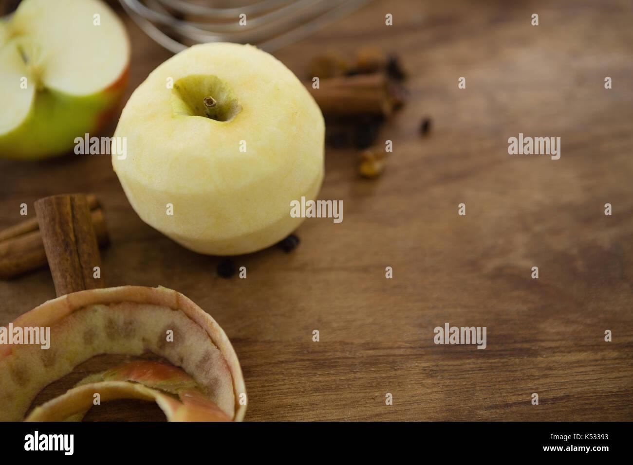 High angle view of Granny Smith apple avec des épices sur la table en bois Photo Stock