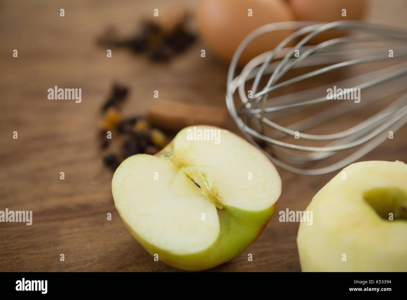 Close up de fouet par des oeufs Granny Smith apple on table Photo Stock