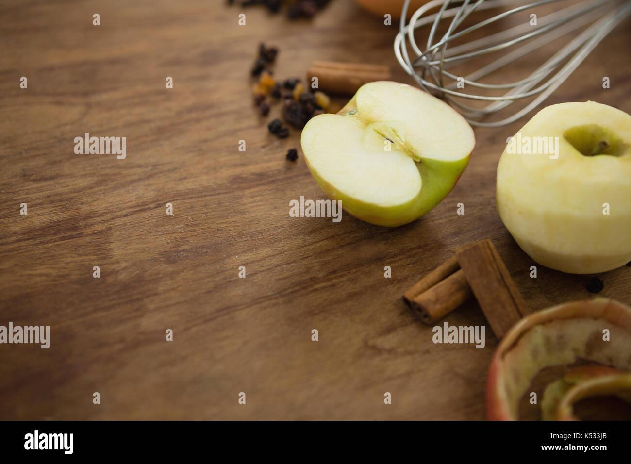 Close up of Granny Smith apple avec des épices sur la table en bois Photo Stock