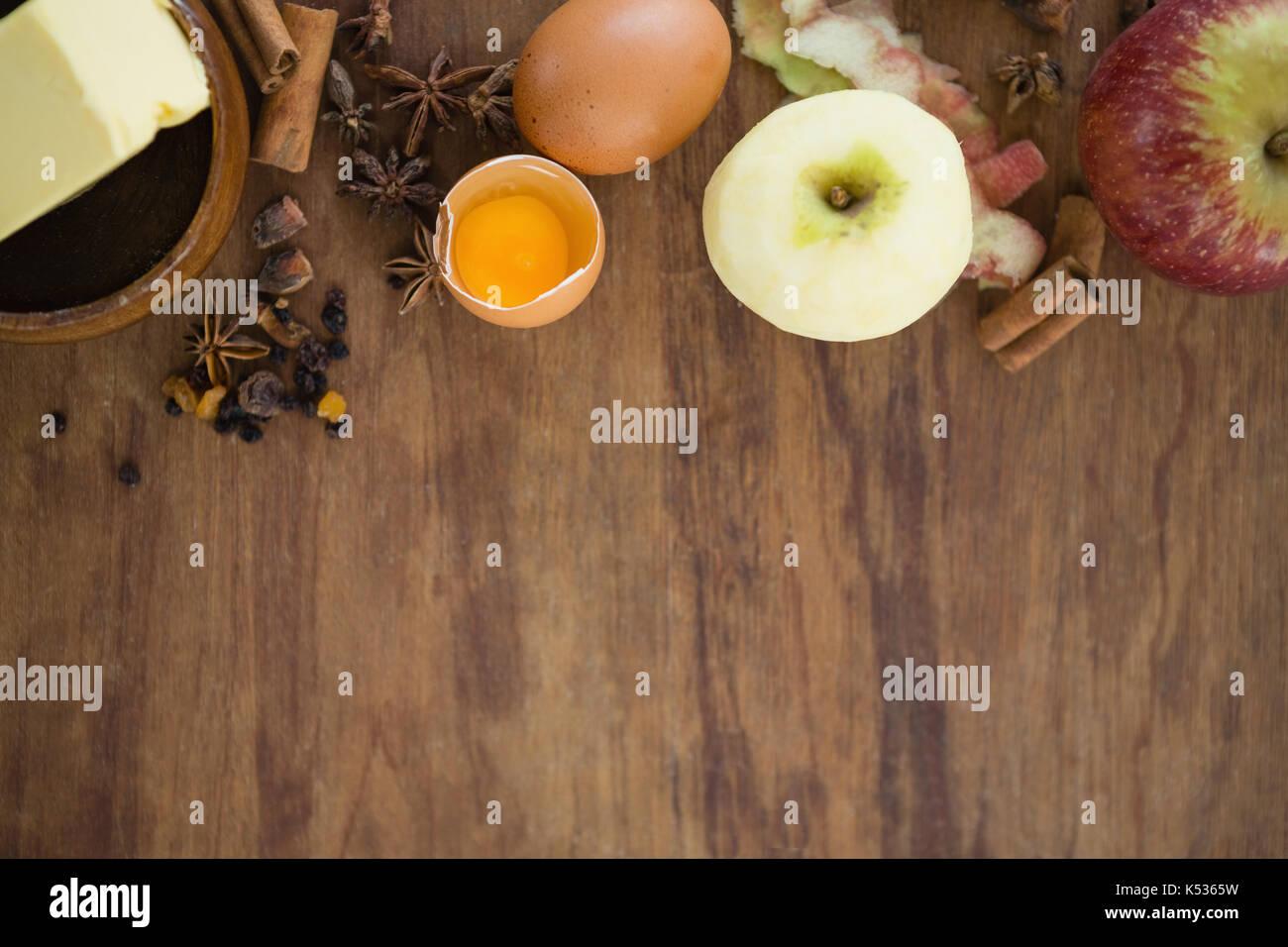 Tourné directement au-dessus d'apple avec l'oeuf et les épices sur table en bois Photo Stock