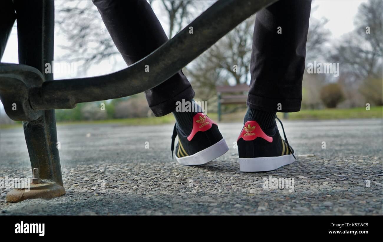 Chaussures Adidas, appartenant à une personne assise sur un banc ...