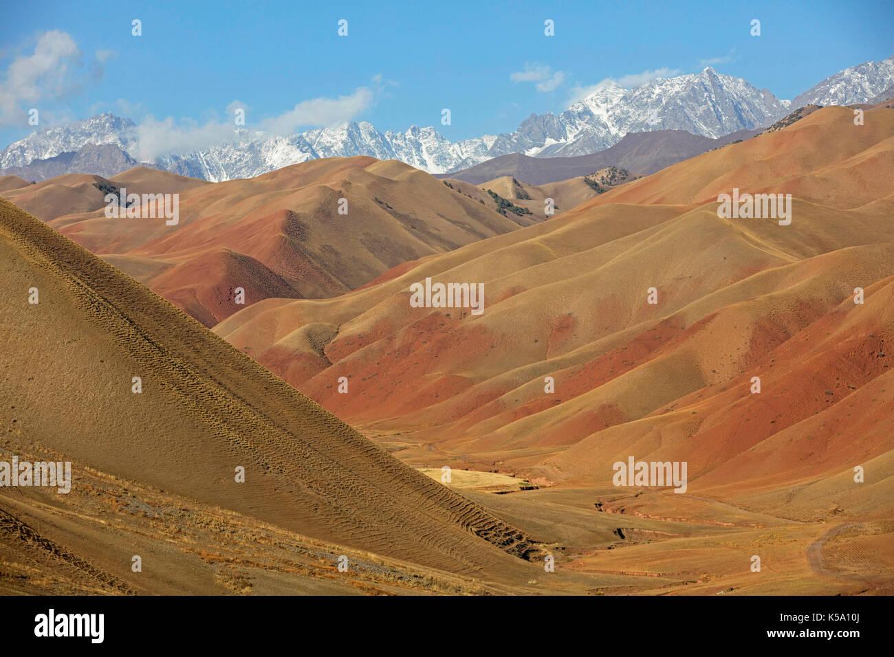 Montagnes entre sary tash et Osh, début de l'himalaya dans la région d'Och au Kirghizistan Photo Stock