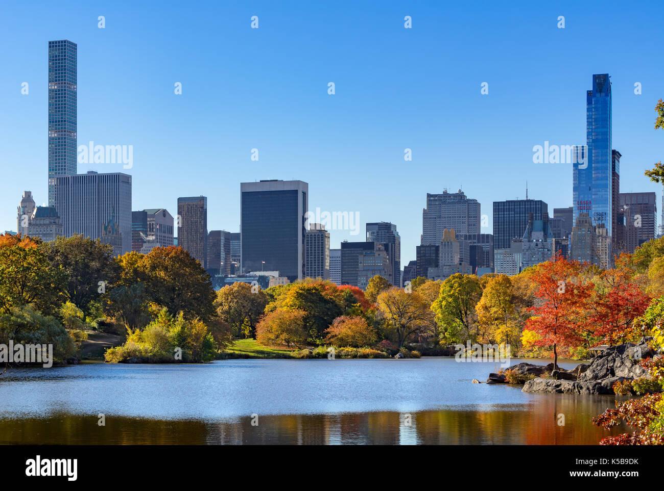 Central Park en automne par le lac avec Midtown gratte-ciel. New York City Photo Stock