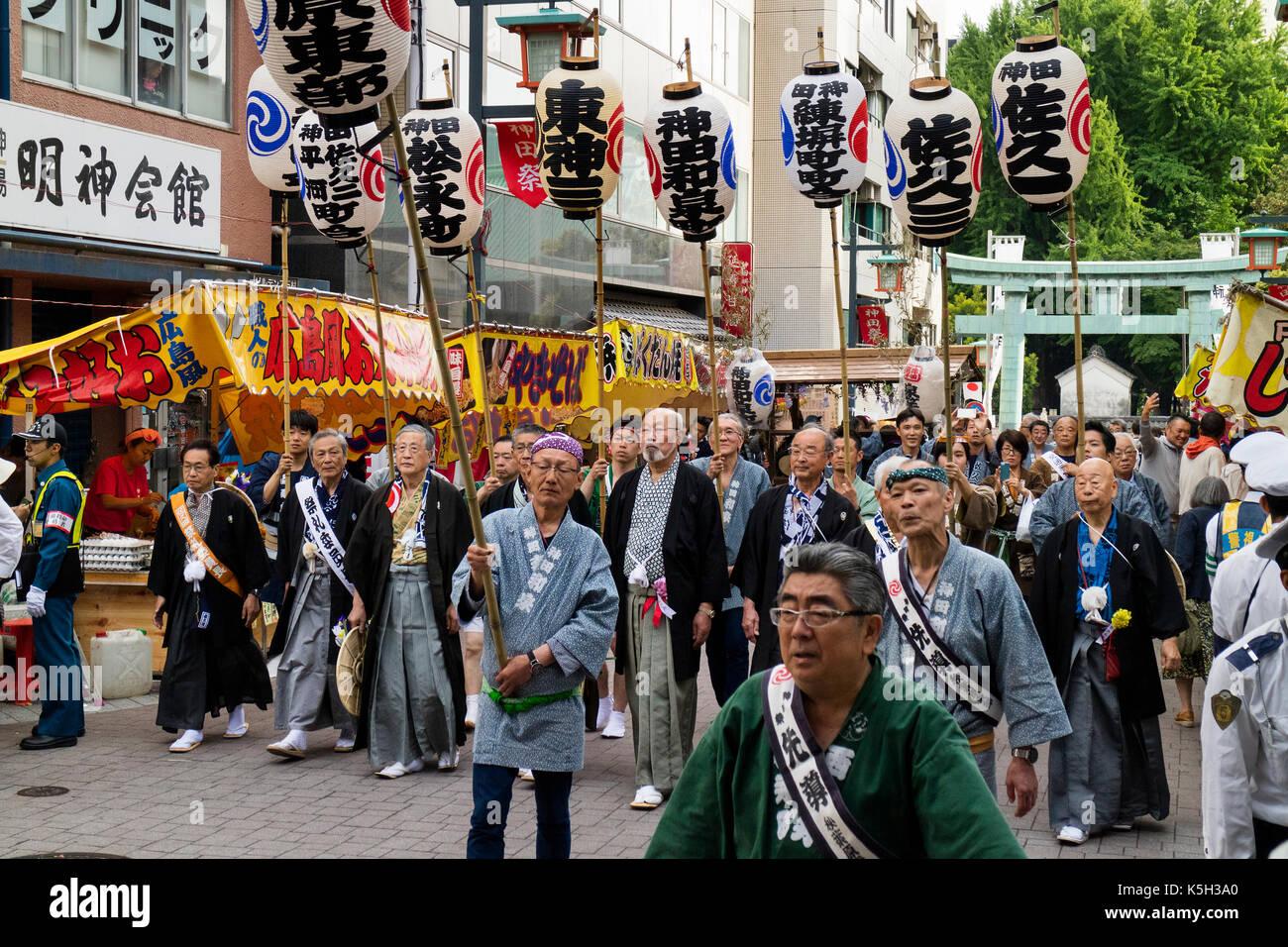 Tokyo, Japon - 14 mai 2017: les participants habillés en kimono traditionnel de l'exercice des lanternes en papier avec des caractères japonais à la kanda matsuri festiv Photo Stock