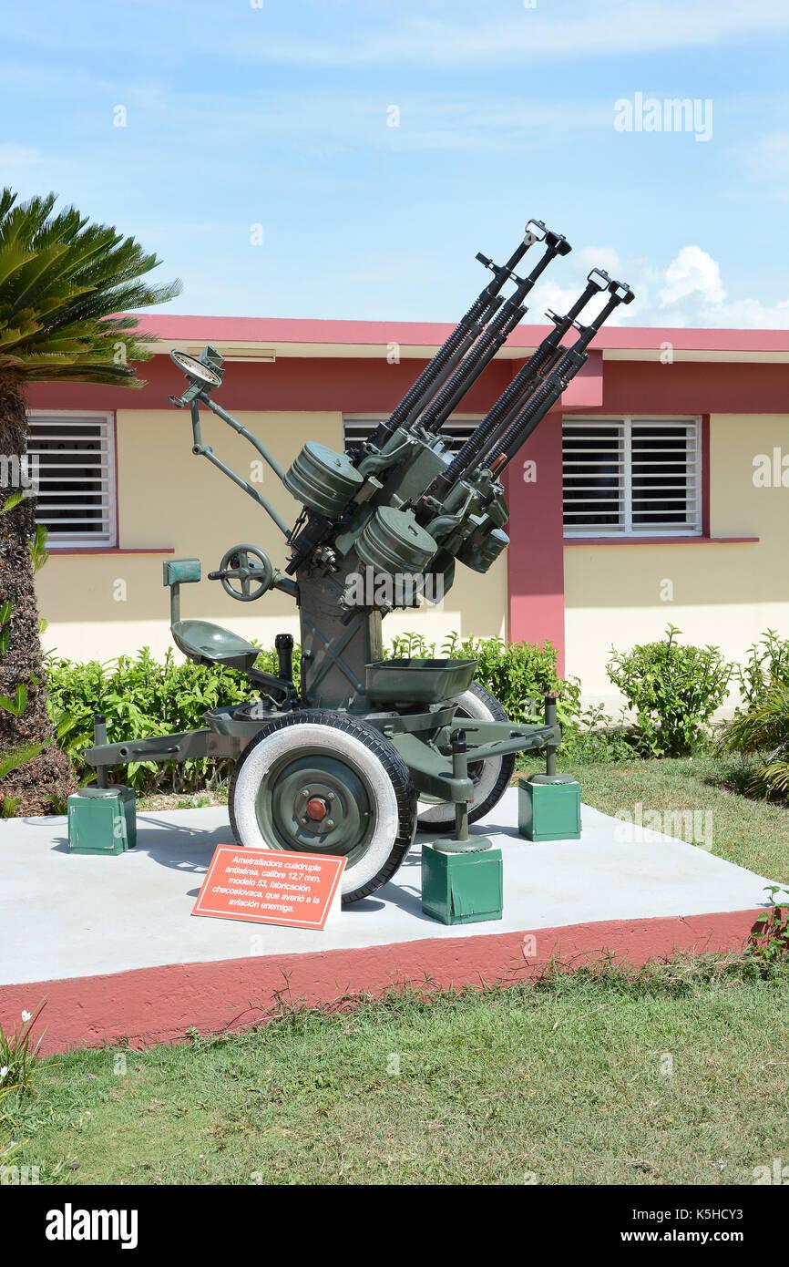 Playa Giron, Cuba - juillet 24, 2016: le musée de la baie des Cochons. Pièce d'artillerie en face du musée consacrée Banque D'Images