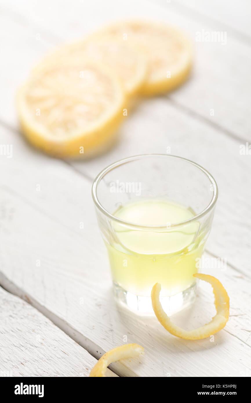 Limoncello, une liqueur de citron traditionnel du sud de l'italie Banque D'Images