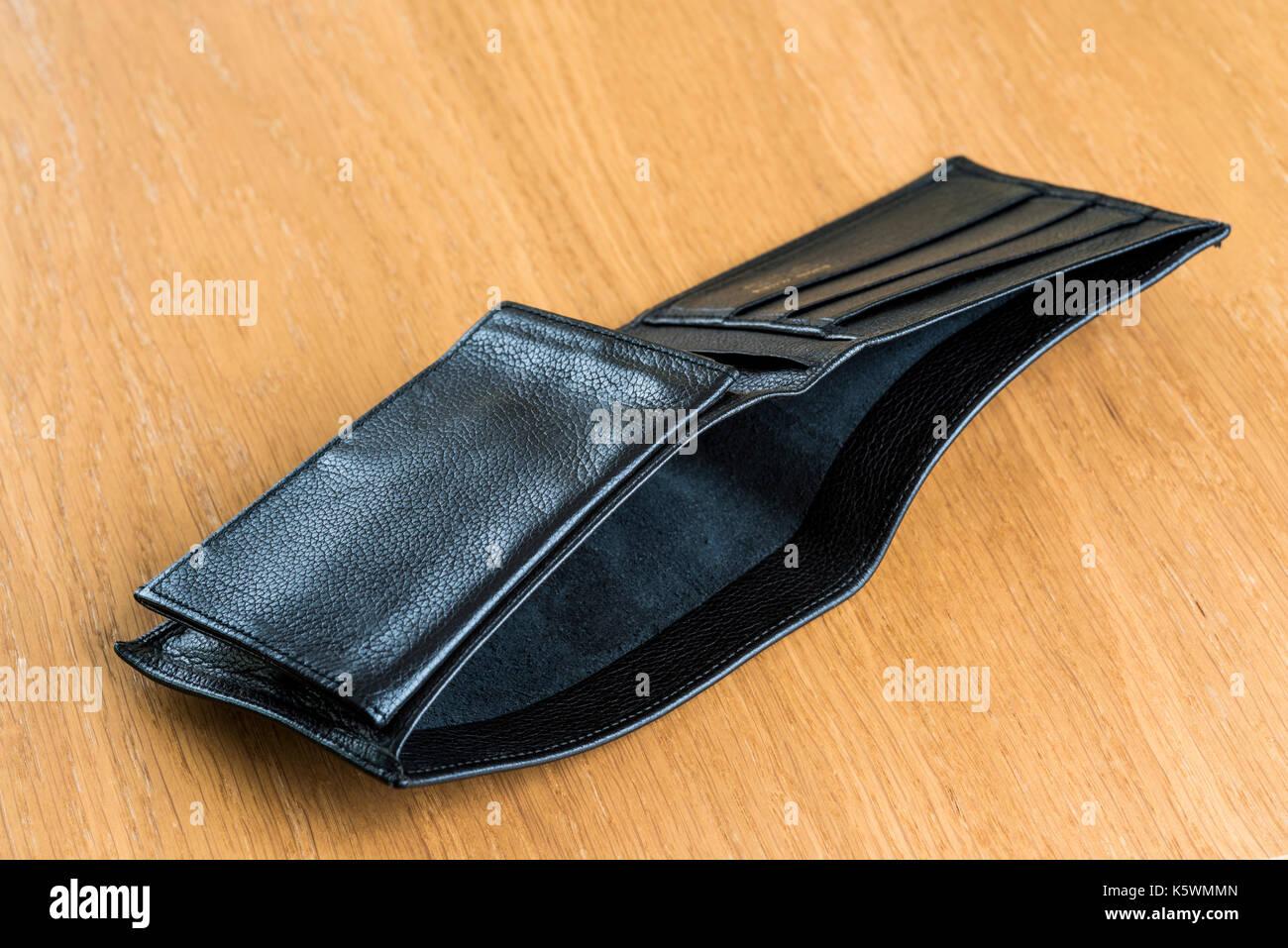 Portefeuille en cuir vide ouvert pose sur une table. La faillite, sans emploi, finances. Photo Stock