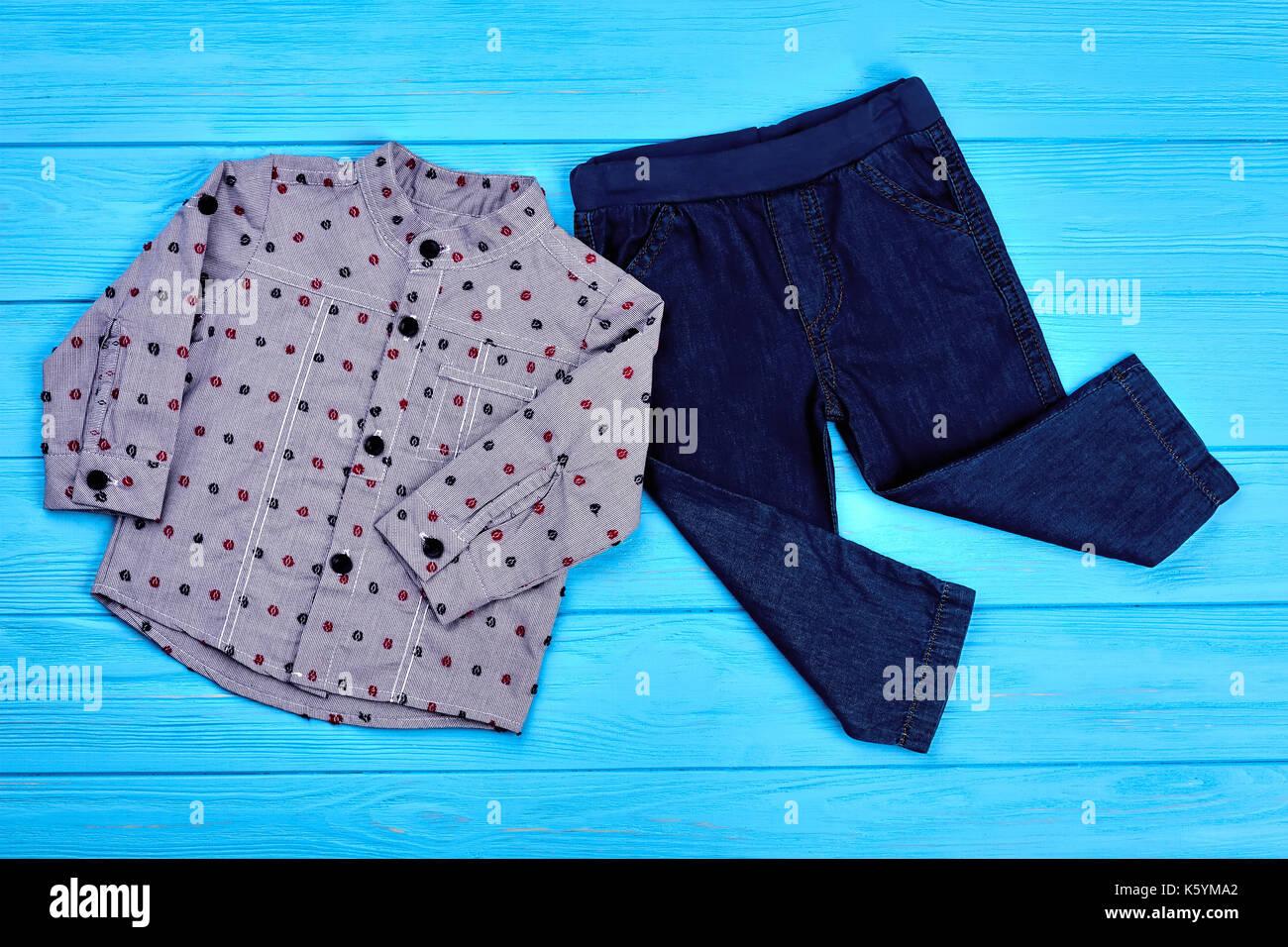 22563e3809606 Bébé-garçon denim moderne. vêtements bébé garçon fashion design jeans et chemise  bleu sur fond de bois