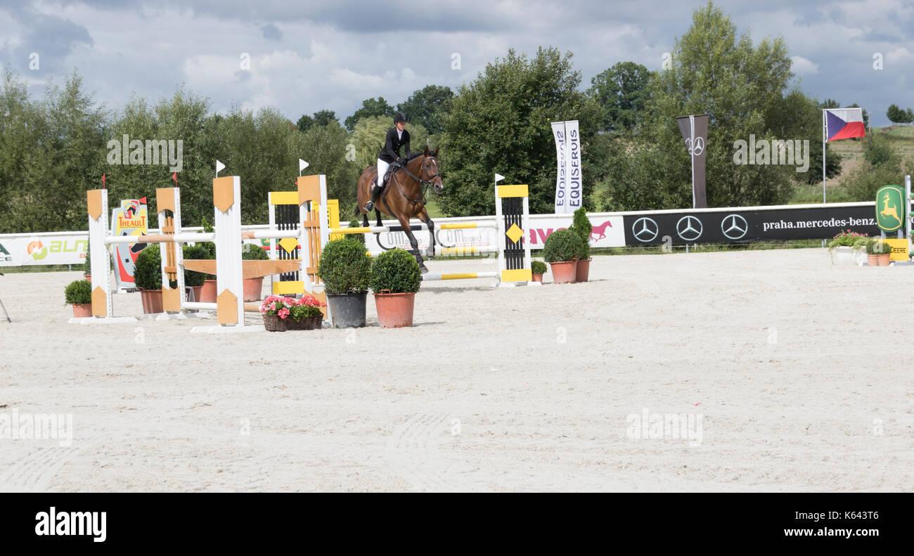 Femme rider à czech equestrian masters 2017 Concours de sauts 488995a399d
