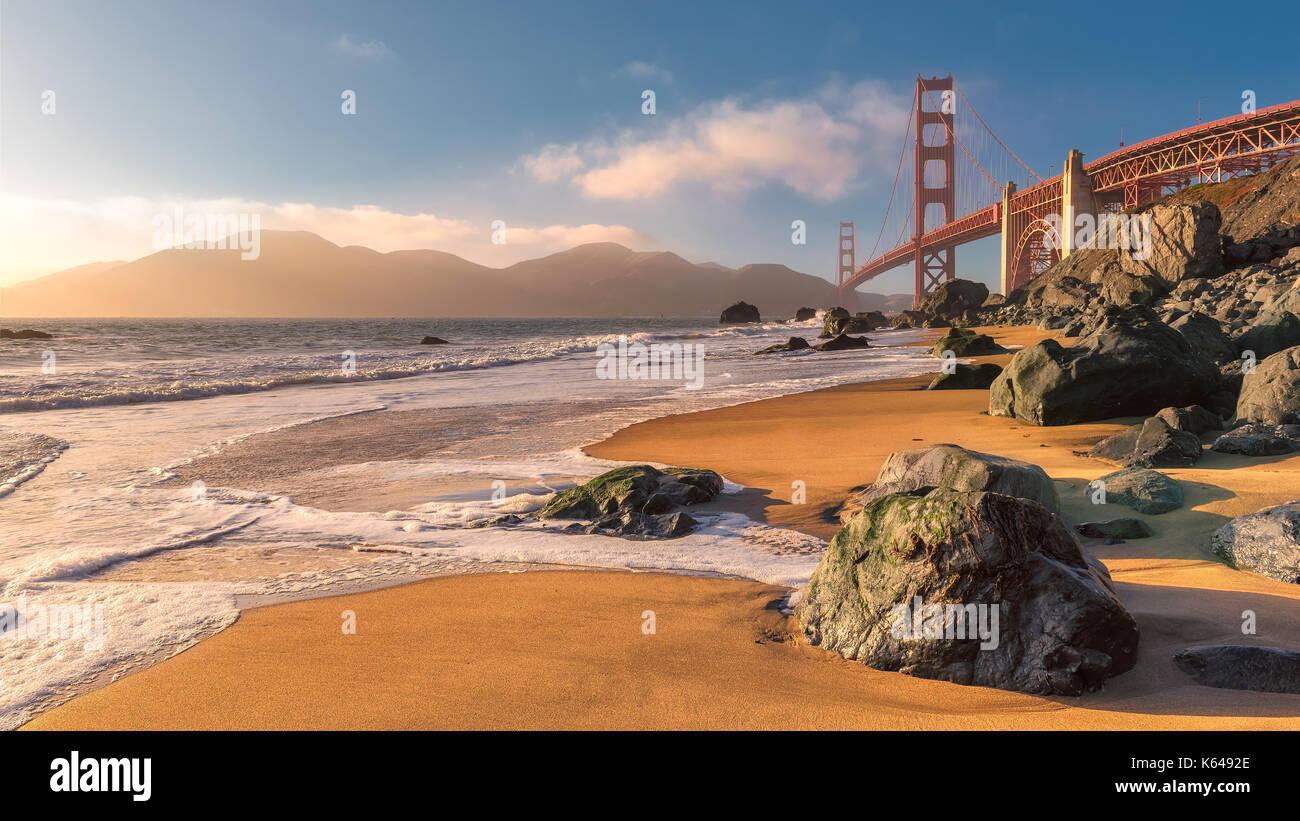Golden Gate Bridge à partir de la plage de san francisco au coucher du soleil. Banque D'Images