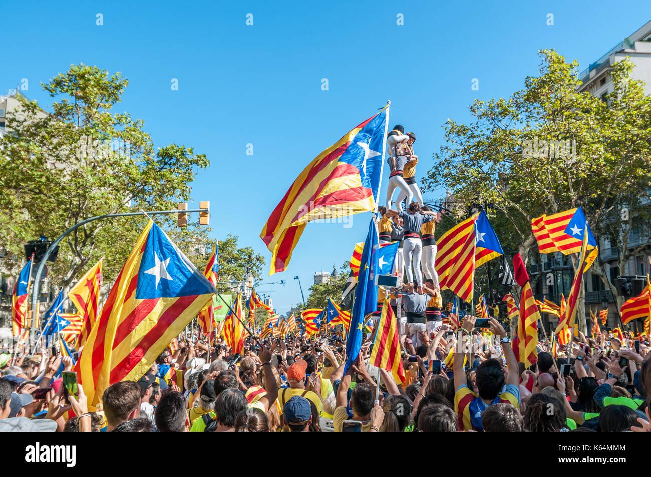 Barcelone, Espagne. Sep 11, 2017. Des milliers de pro-indépendance flags (estelades) remplir les rues de Barcelone, avec les droits de l'tower (castell) sur la droite, sur la journée nationale de la catalogne. Credit: lophius/Alamy Live News Photo Stock