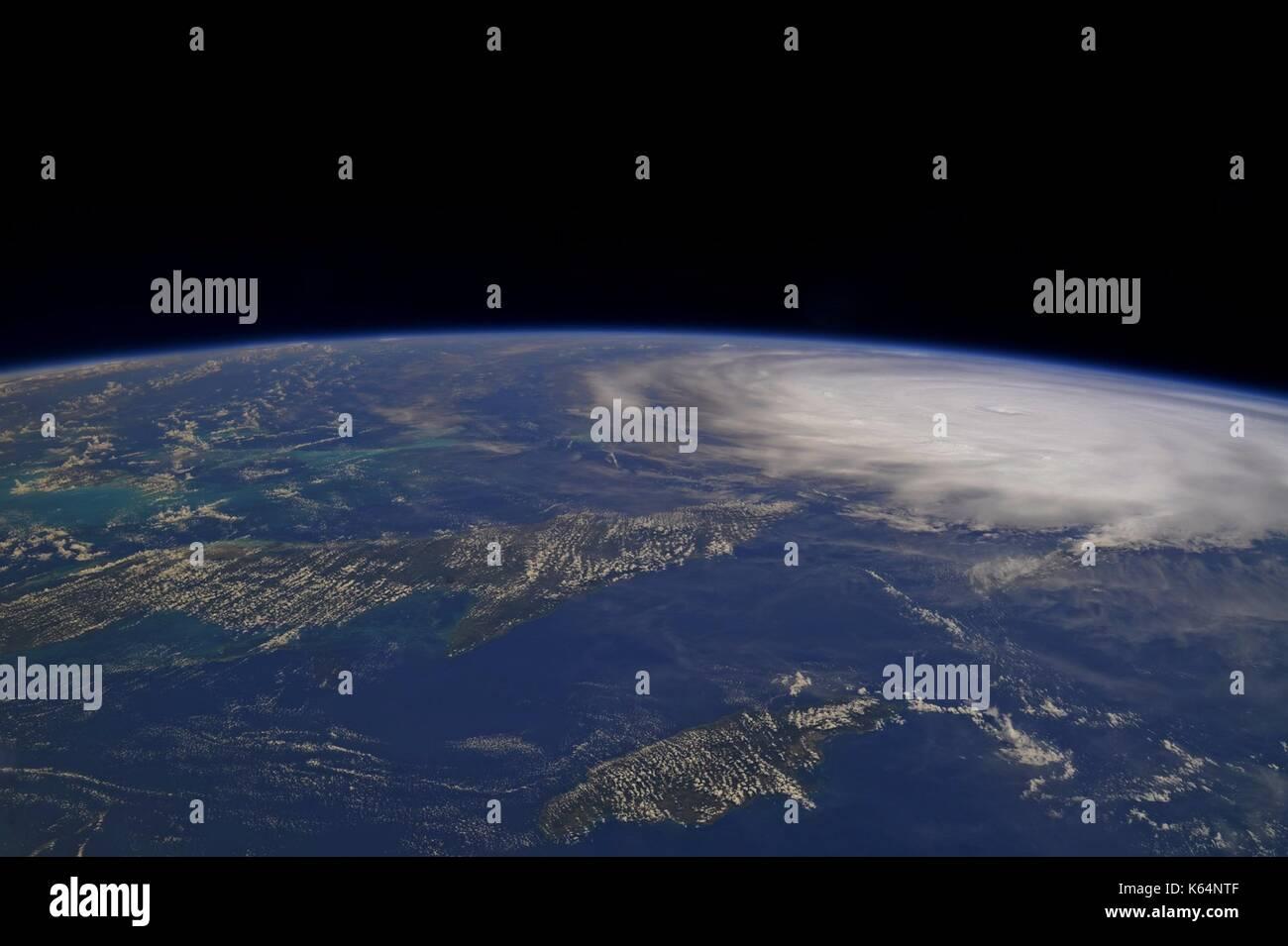 L'ouragan l'irma sur les Turcs et Caicos qu'il balaie les caraïbes vers le sud de la Floride comme une tempête de catégorie 5 comme vu par les astronautes dans la station spatiale internationale le 9 septembre 2017. Photo Stock