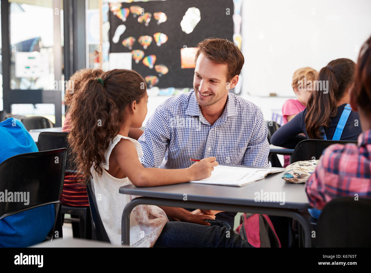 L'enseignant et à son bureau d'écolière, à l'un l'autre Photo Stock