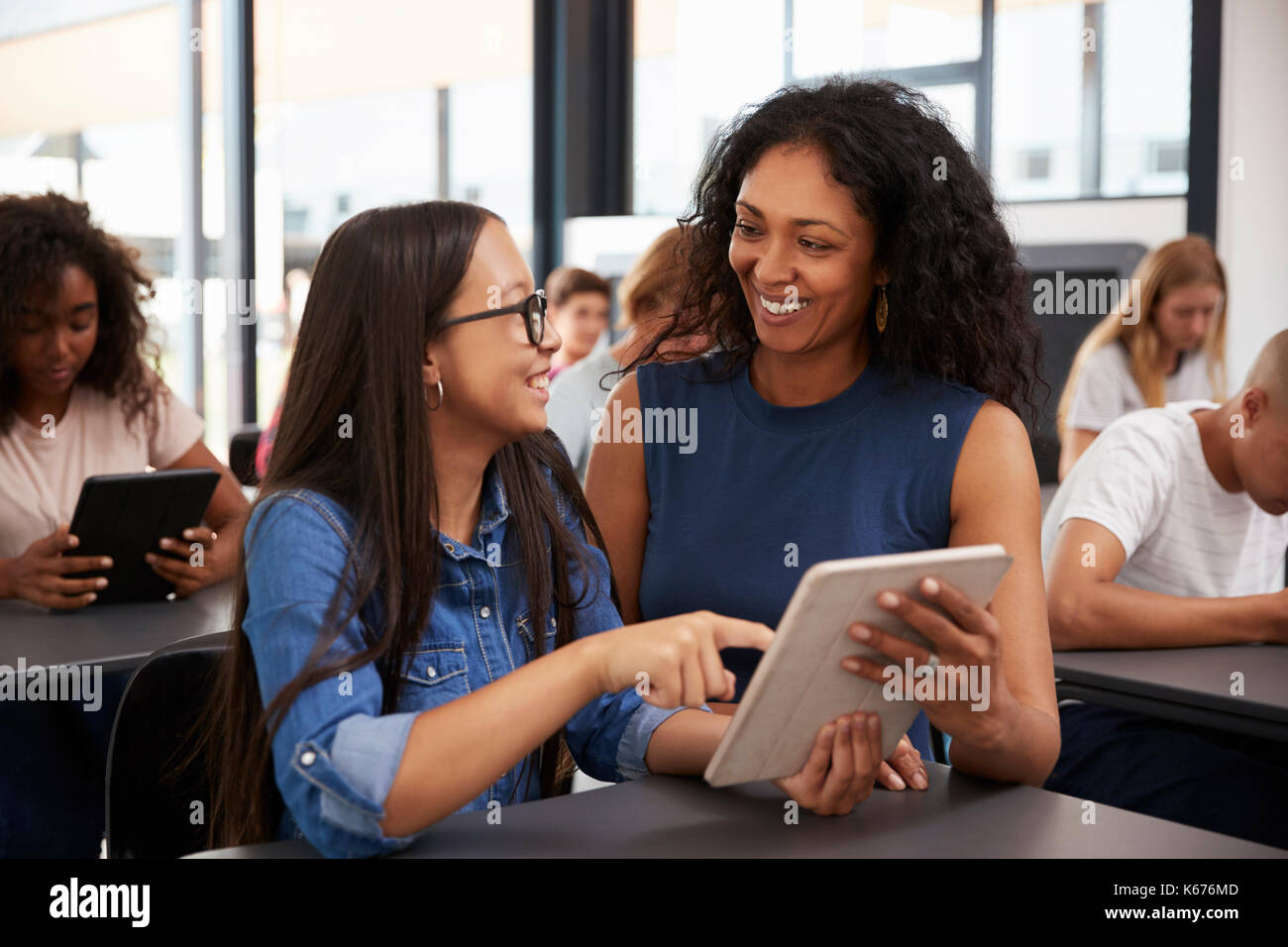 Aider les enseignants teenage schoolgirl with tablet computer Photo Stock