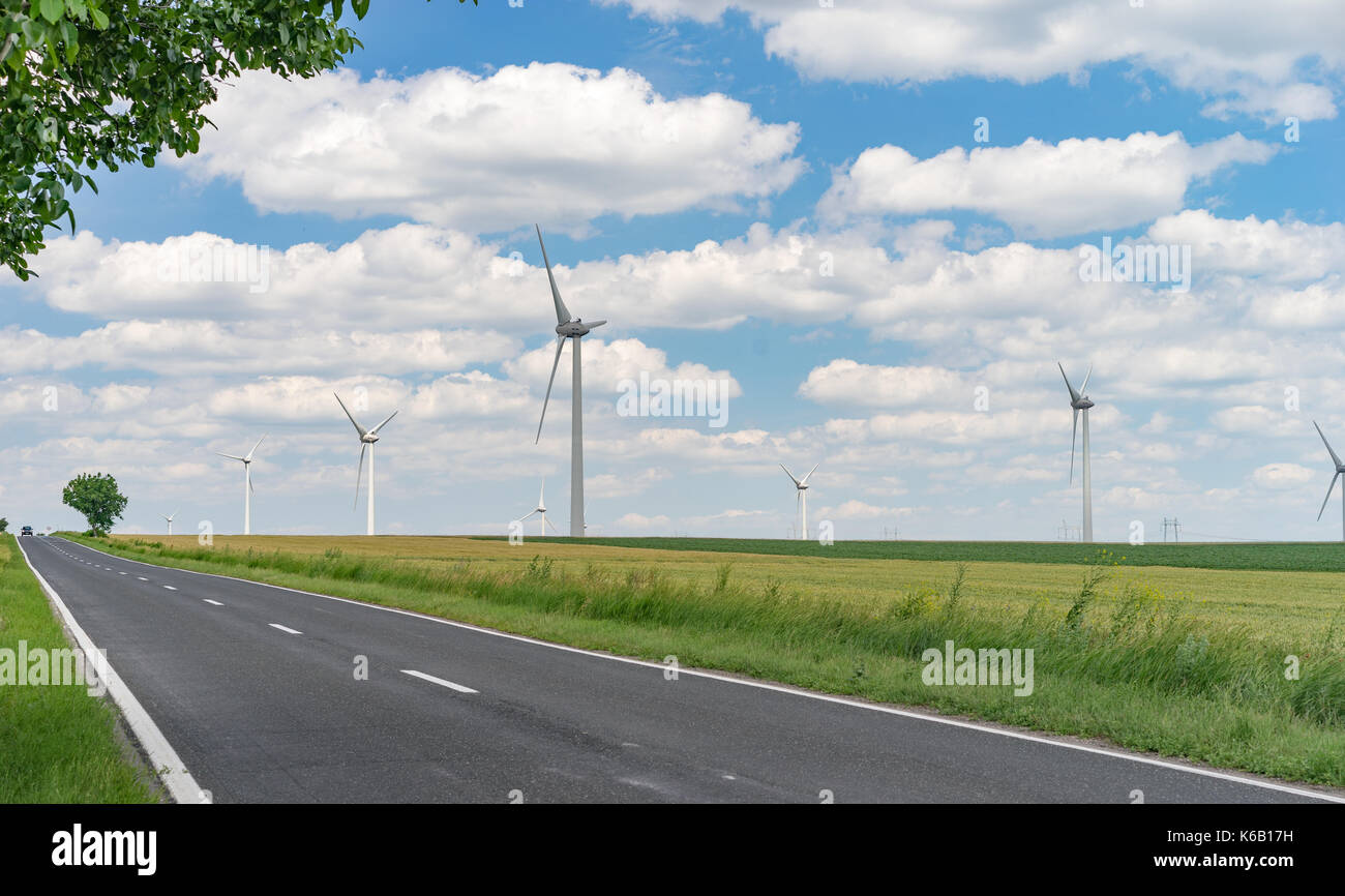 Les générateurs éoliens près d'une route Banque D'Images