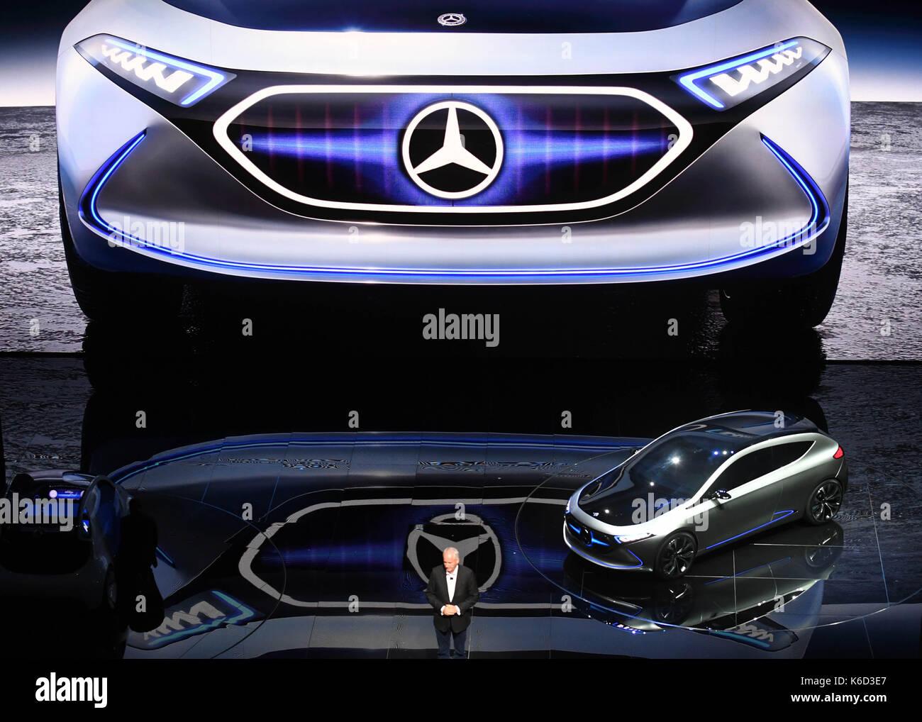 Francfort, Allemagne. 12 sep, 2017. hubertus troska, président membre de Daimler et en charge de la Chine, présente le concept merrcedes-benz lqe lors d'une conférence de presse à l'internationale automobil-ausstellung (IAA) (Allemagne) Salon international de l'automobile de Francfort am Main, Allemagne, 12 septembre 2017. Le salon international de l'automobile en Allemagne aura lieu du 14-24 septembre. Plus de 1 000 fabricants de près de 40 pays présentent leurs innovations au plus grand salon de l'automobile. crédit: afp photo alliance/Alamy live news Photo Stock