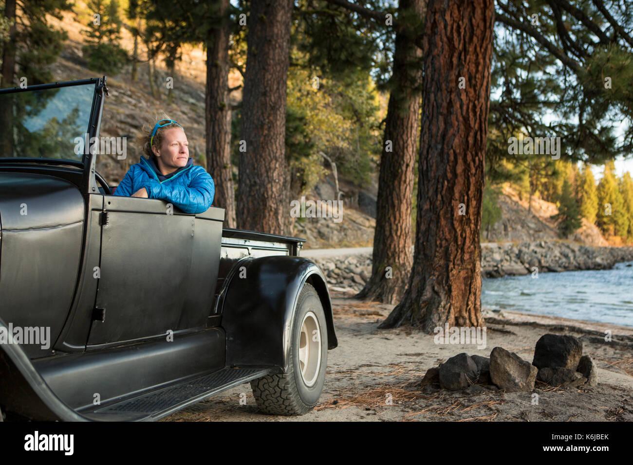 Femme assise en regardant le coucher du soleil, camion rénové Lac Payette, McCall, New York, USA Banque D'Images