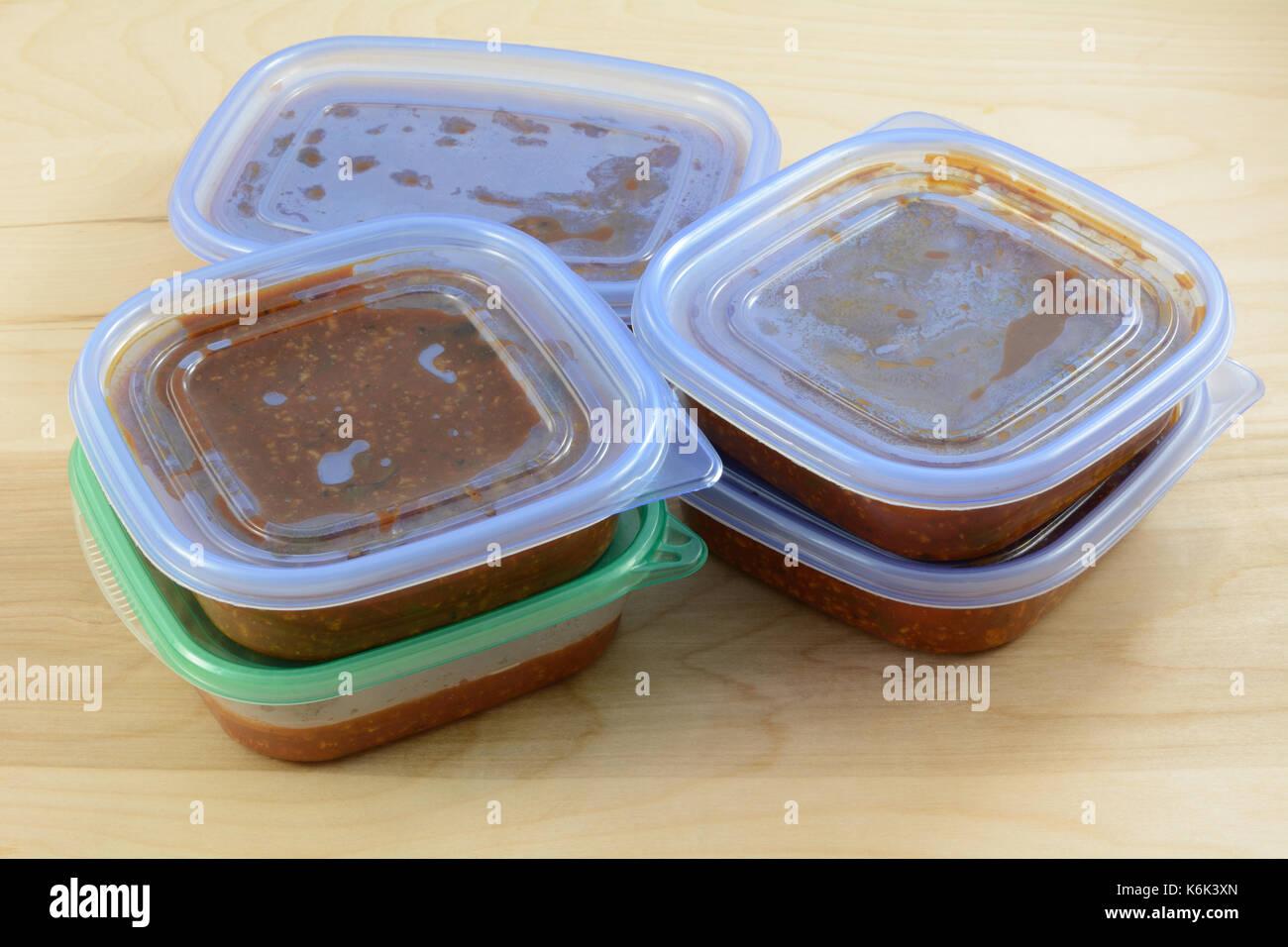 Lot de cuisson de la sauce à spaghetti pit dans les citernes de stockage pour la congélation rapide pour les repas à venir Photo Stock