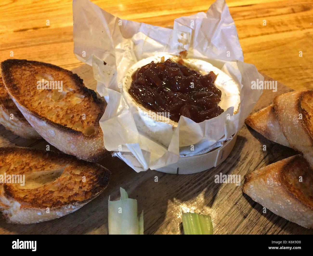 Uk's typique entrée - Fromage Camembert au four avec chutney d'oignon Photo Stock