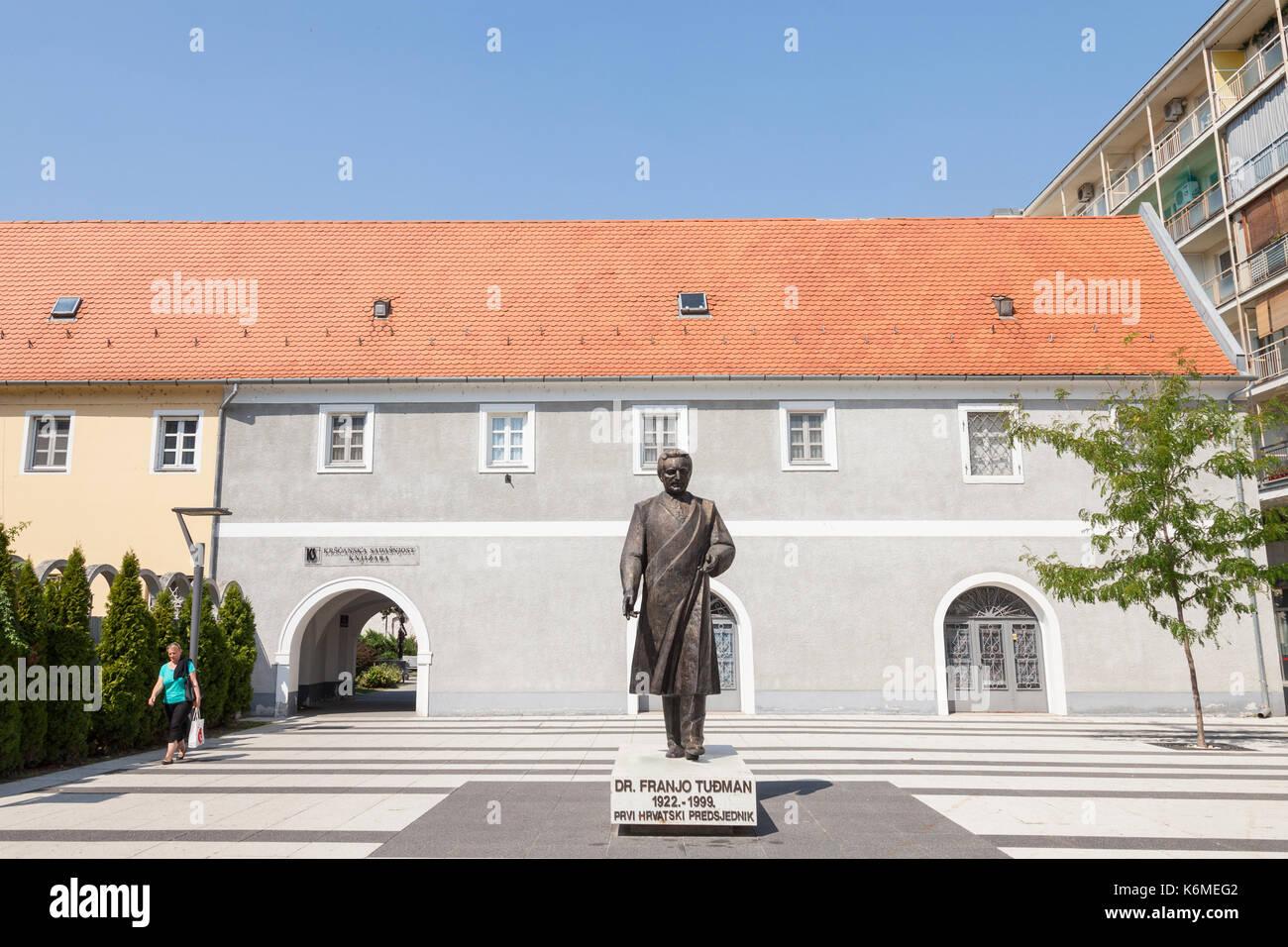 Osijek, Croatie - le 26 août 2017: femme passant d'une statue de Franjo Tudman. Franjo Tudjman a été le premier président de la Croatie, au cours des années 90, fra Photo Stock