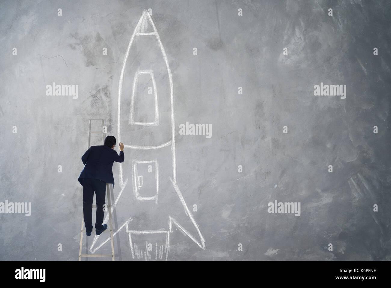 Dessin d'escalier montée homme rocket esquisse sur mur , succès, leader et concept gagnant . Banque D'Images