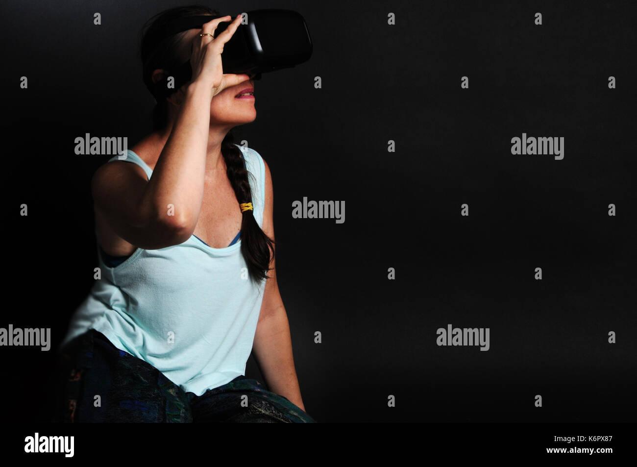 Femme portant un casque de réalité virtuelle Banque D'Images