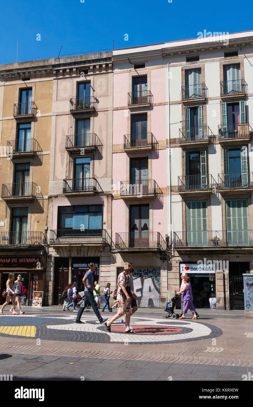 Barcelone, Espagne - 2 SEPTEMBRE: Joan Miro au Pla de l'Os mosaïque dans la Rambla, le 2 septembre 2017 à Barcelone, Espagne. Des milliers de personnes à pied tous les jours o Banque D'Images