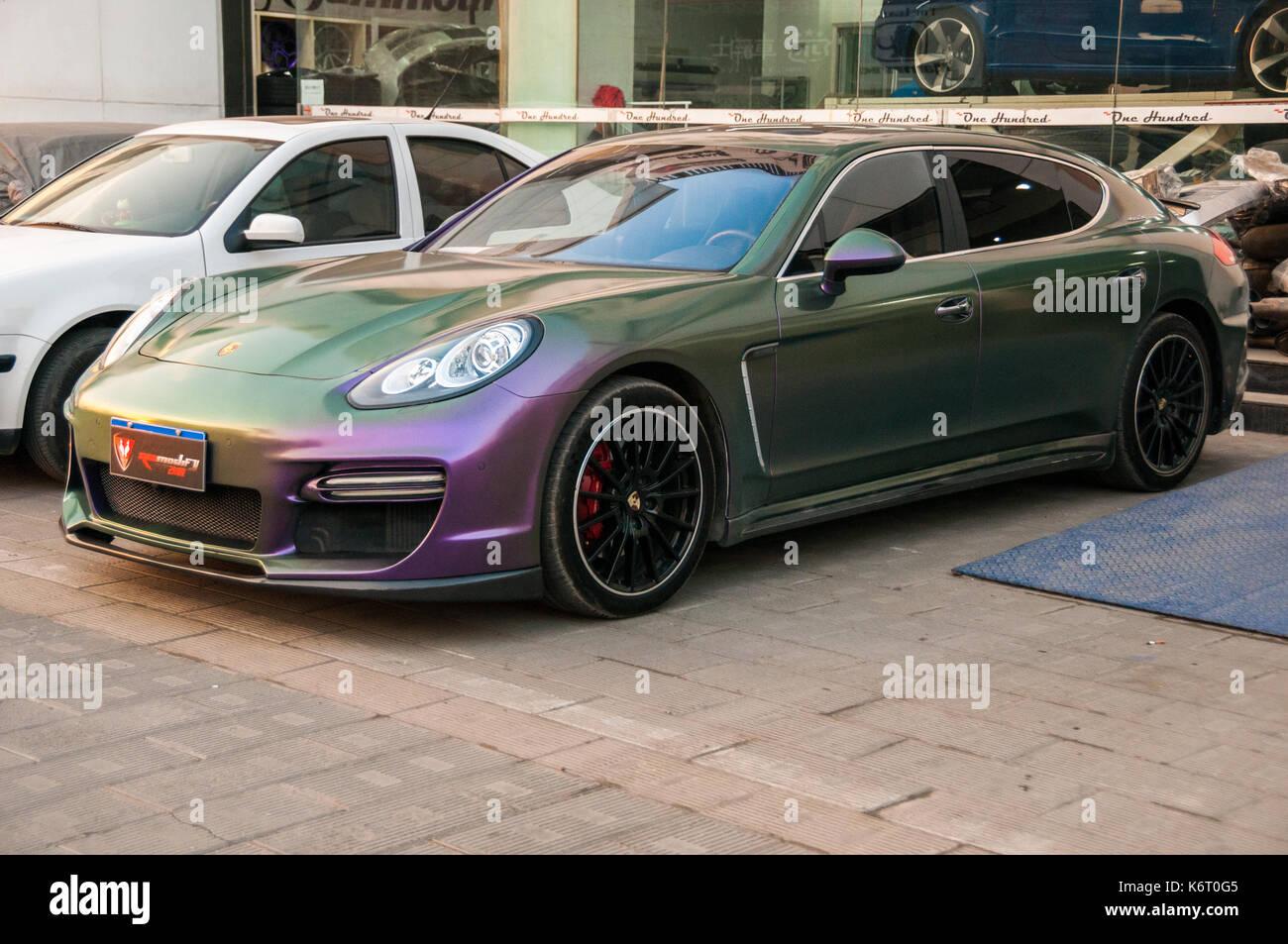 Porsche Panamera Avec Une Peinture Violetvert Spécial Qui Change De
