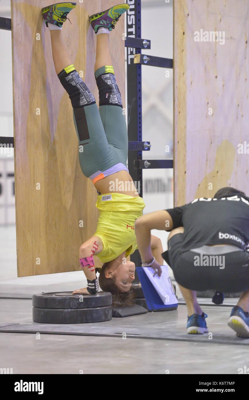 Novosibirsk, Russie - 16 novembre 2014: l'athlète féminine non identifiés au cours de la compétition crossfit international siberian showdown. Le concours Photo Stock