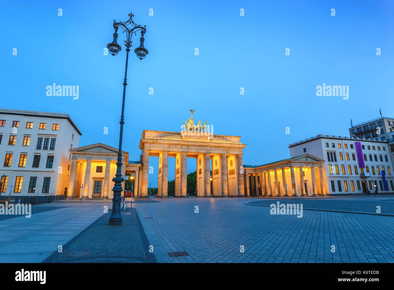 Nuit sur la ville de Berlin à la porte de Brandebourg (Brandenburger Tor), Berlin, Allemagne Photo Stock