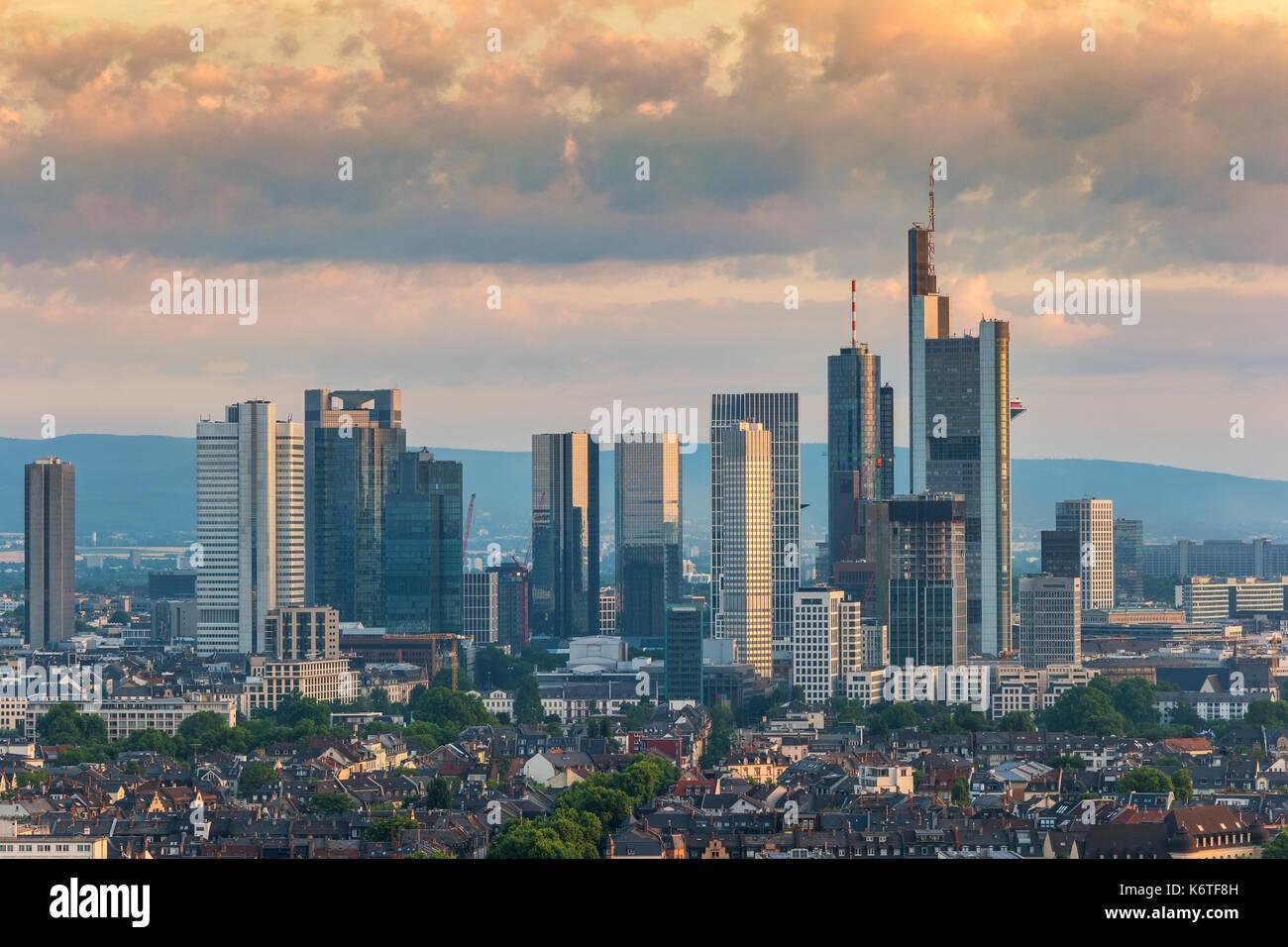 Lever du soleil sur les toits de la ville de Francfort au quartier des affaires, Francfort, Allemagne Photo Stock