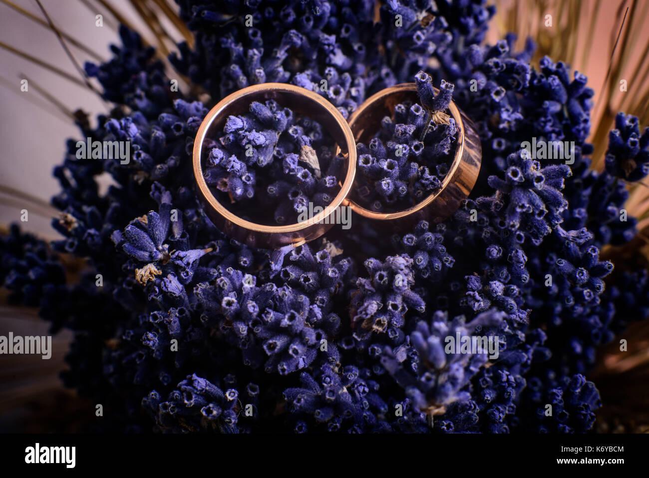 Plan macro sur une conception simple de mariage au bouquet de fleurs Banque D'Images